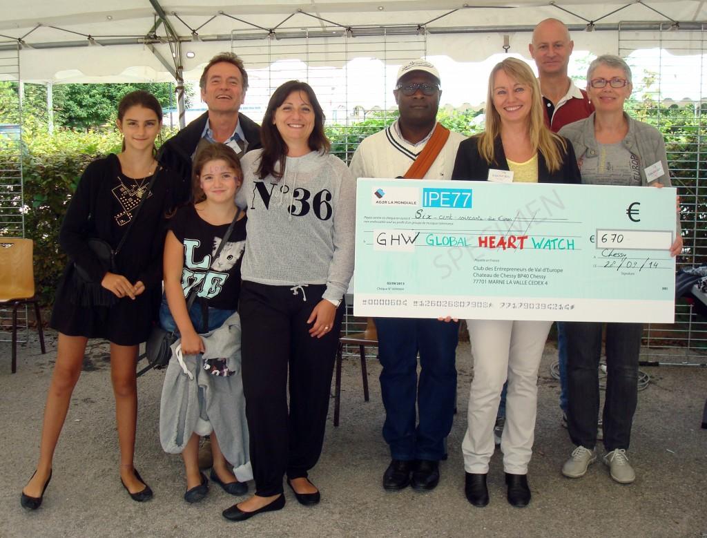 Gaëlle Marceau du CEVE remet un chèque de soutien à l'association GHW