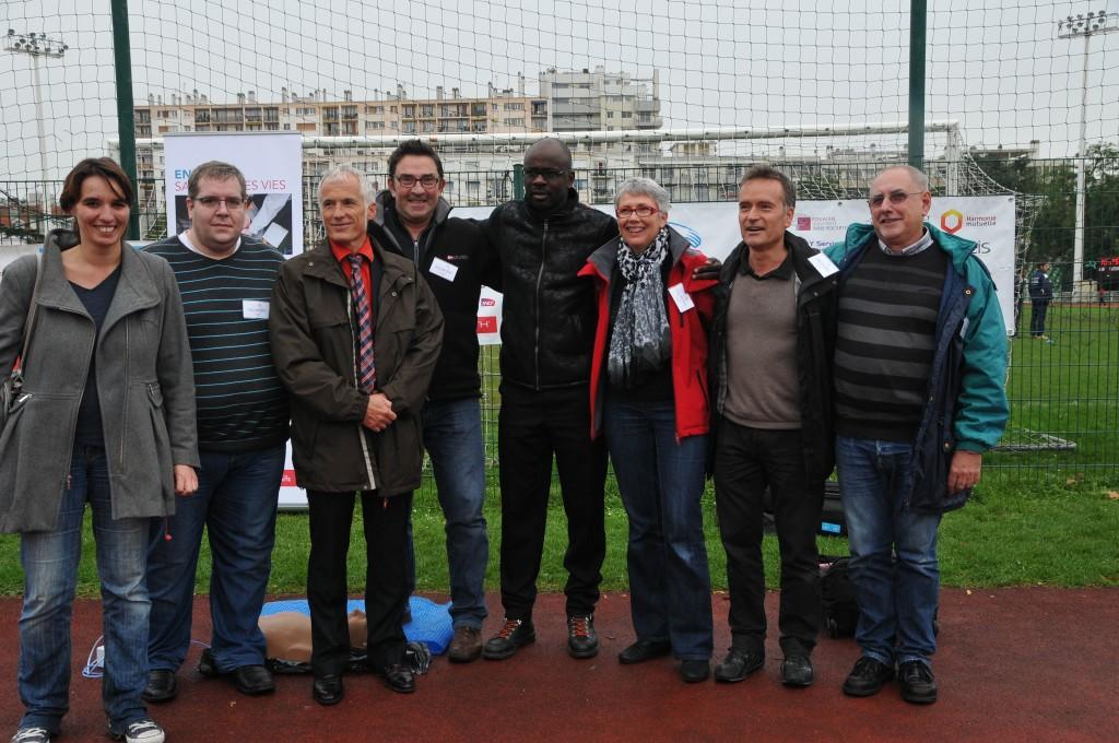 L'équipe de bénévoles de GHW au stade Le Gallo en présence de Lilian Thuram, le Professeur Xavier Jouven et de la cardiologue Florence Dumas (à gauche)