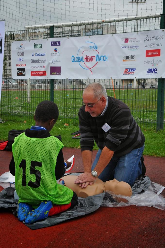 Patrice Pernelle, bénévole de GHW fait une démonstration du massage cardiaque