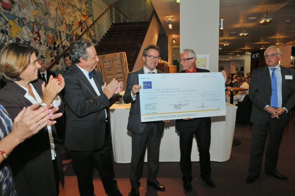 Martin Hirsch remet le chèque de la collecte de GHW d'un montant de 51500€ au Professeur Xavier Jouven au profit du CEMS